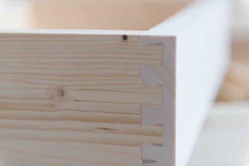 Dettaglio cassetto in legno massello con assemblaggio a coda di rondine