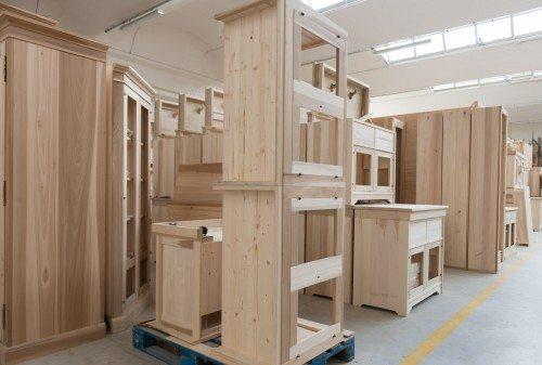 Magazzino mobili in Arte Povera allo stato grezzo in fase di decantazione
